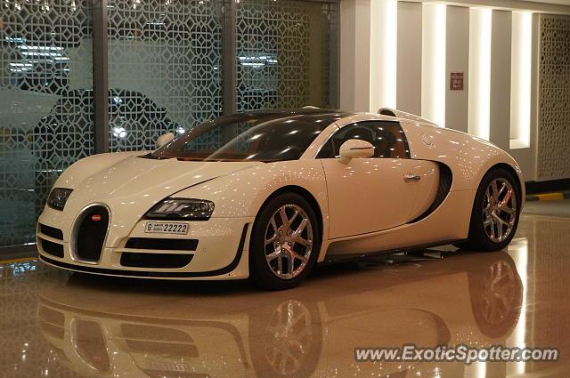 bugatti veyron spotted in dubai united arab emirates on 12 26 2014. Black Bedroom Furniture Sets. Home Design Ideas
