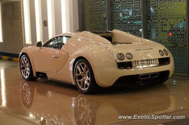 bugatti veyron spotted in dubai united arab emirates on 12 26 2014 photo 2. Black Bedroom Furniture Sets. Home Design Ideas