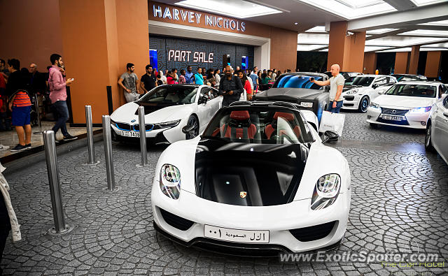 porsche 918 spyder spotted in dubai united arab emirates on 01 01 2015. Black Bedroom Furniture Sets. Home Design Ideas
