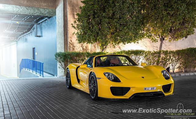 porsche 918 spyder spotted in dubai united arab emirates on 01 01 2015 photo 2. Black Bedroom Furniture Sets. Home Design Ideas