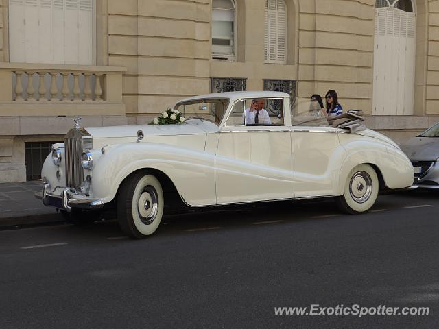 rolls royce silver wraith spotted in paris france on 06 28 2015. Black Bedroom Furniture Sets. Home Design Ideas