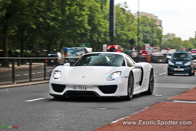 porsche 918 spyder spotted in london united kingdom on 08 17 2015 photo 2. Black Bedroom Furniture Sets. Home Design Ideas