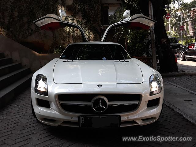 Mercedes SLS AMG spotted in Jakarta, Indonesia